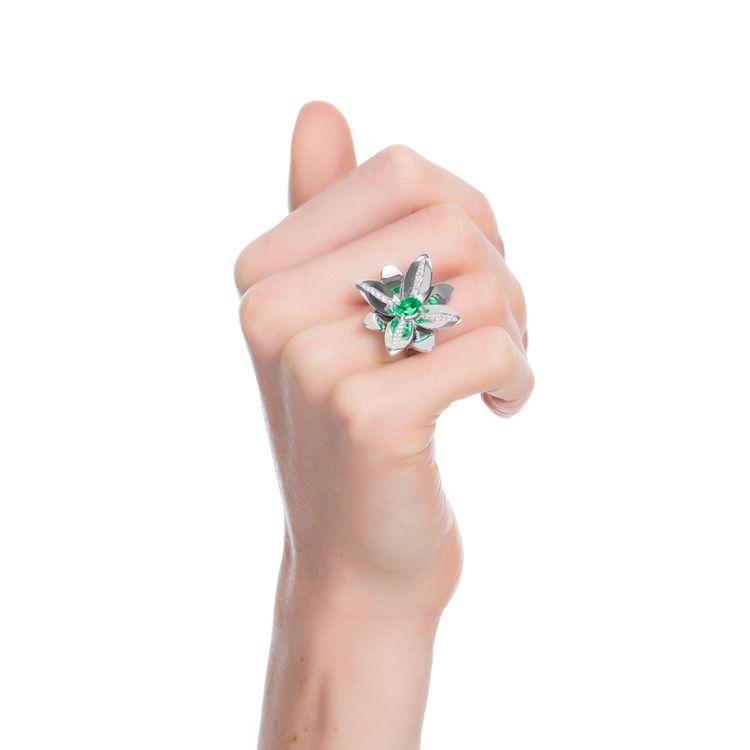anel-blossom-precious-ouro-branco-18k-com-diamantes-e-esmeralda-modelo