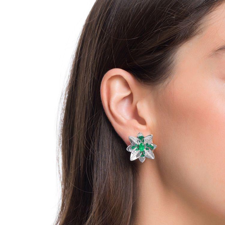 brinco-blossom-precious-ouro-branco-18k-com-diamantes-e-esmeralda_modelo