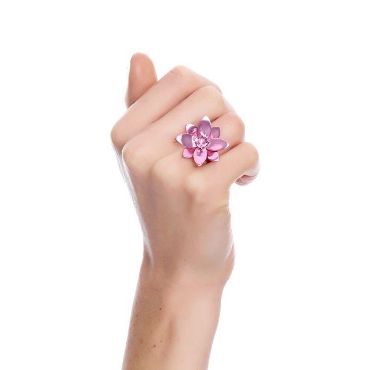 anel-blossom-prata-com-pink-lacquer-e-safira-rosa-modelo